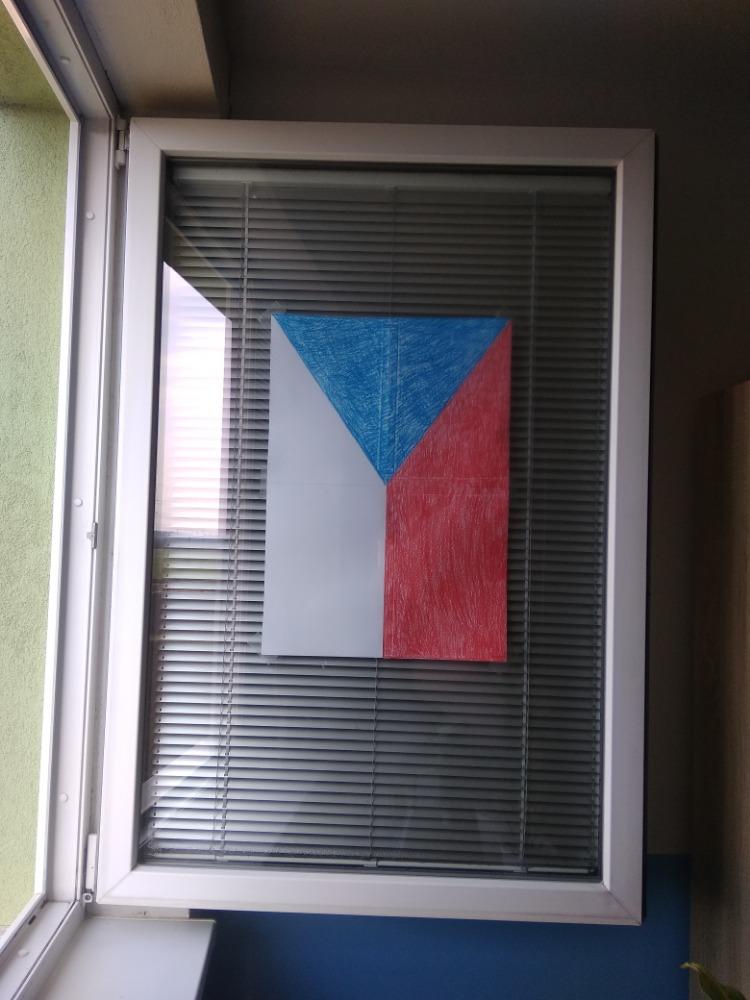 Česká vlajka v okně