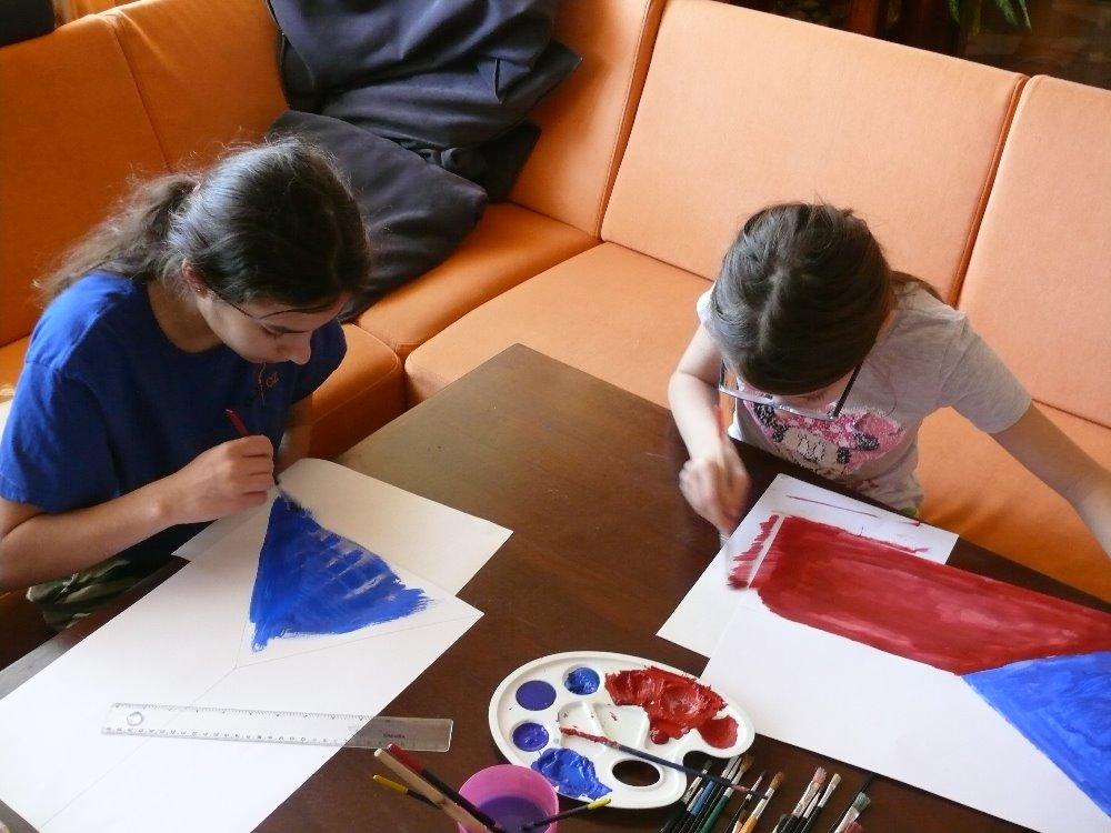 Děti malují českou vlajku