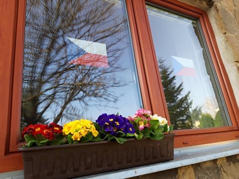 Vlajka v okně