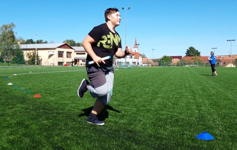 Chlapec běží se štafetou