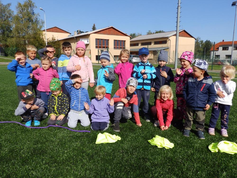 """Děti zoddělení """"Broučků"""" před Zátopkovou štafetou na školním hřišti"""