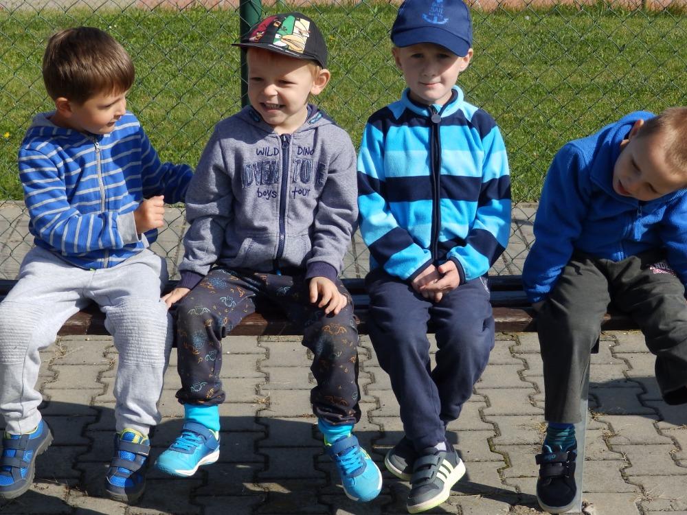Děti fandí svým kamarádům při Zátopkově štafetě 1 na školním hřišti