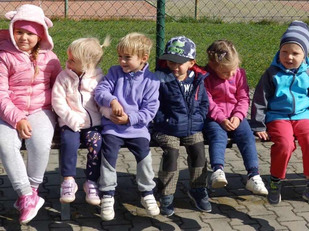 Děti fandí svým kamarádům při Zátopkově štafetě 2 na školním hřišti