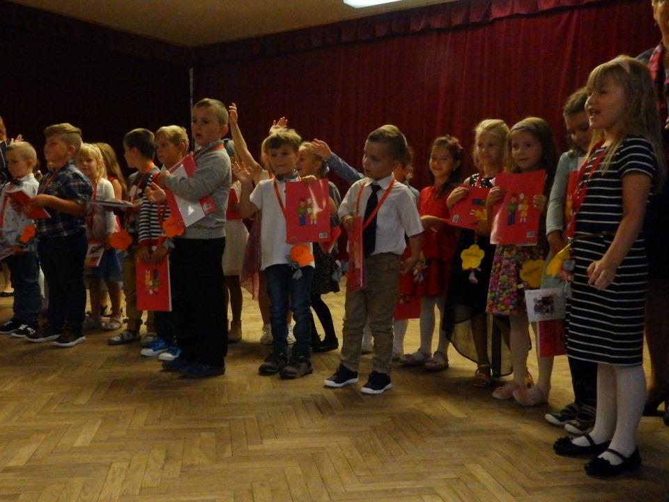 Žáci 1. třídy při slavnostním nastoupení na sále školy