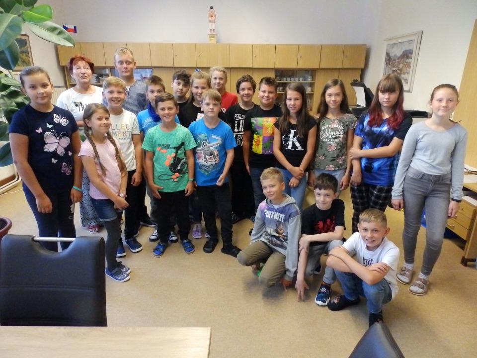 Děti nově vytvořené 5. třídy zBošovic a Milešovic spaní třídní učitelkou