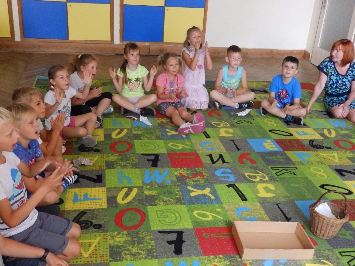 Předškoláci z MŠ Otnice s našimi druháky ve třídě při plnění úkolů 01
