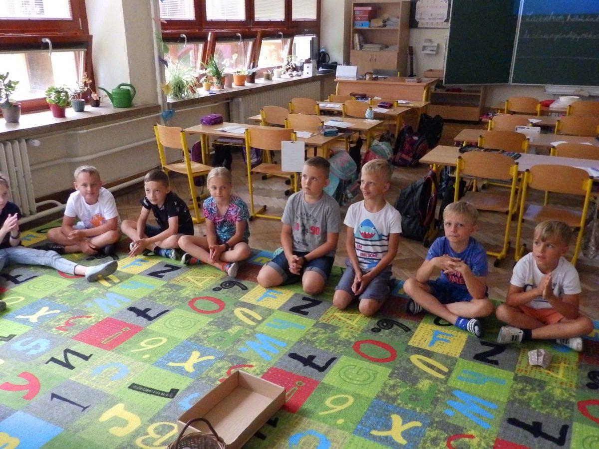 Předškoláci z MŠ Otnice s našimi druháky ve třídě při plnění úkolů 05