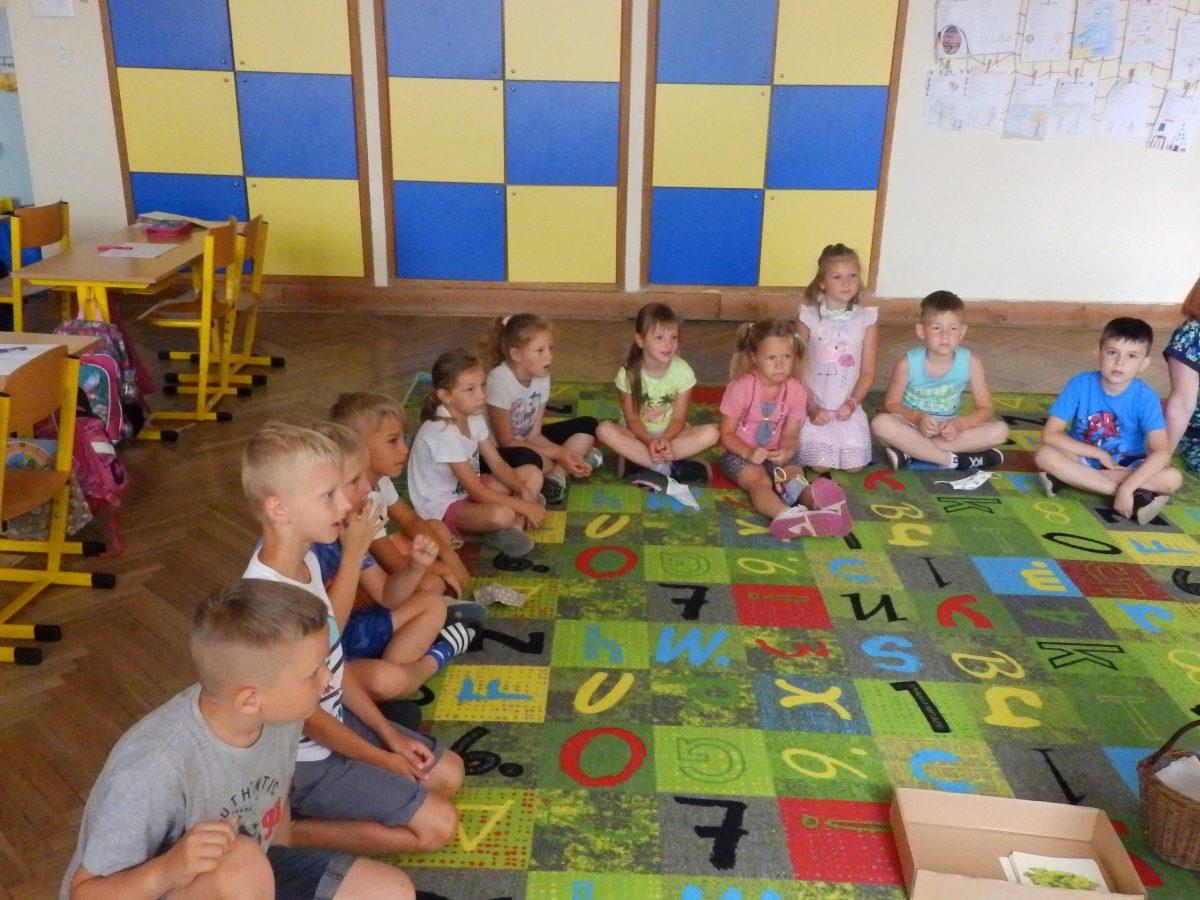 Předškoláci z MŠ Otnice s našimi druháky ve třídě při plnění úkolů 04