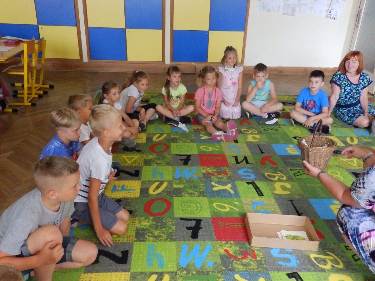 Předškoláci z MŠ Otnice s našimi druháky ve třídě při plnění úkolů 03