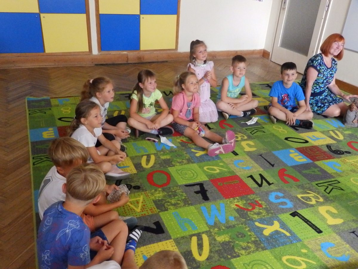 Předškoláci z MŠ Otnice s našimi druháky ve třídě při plnění úkolů 02