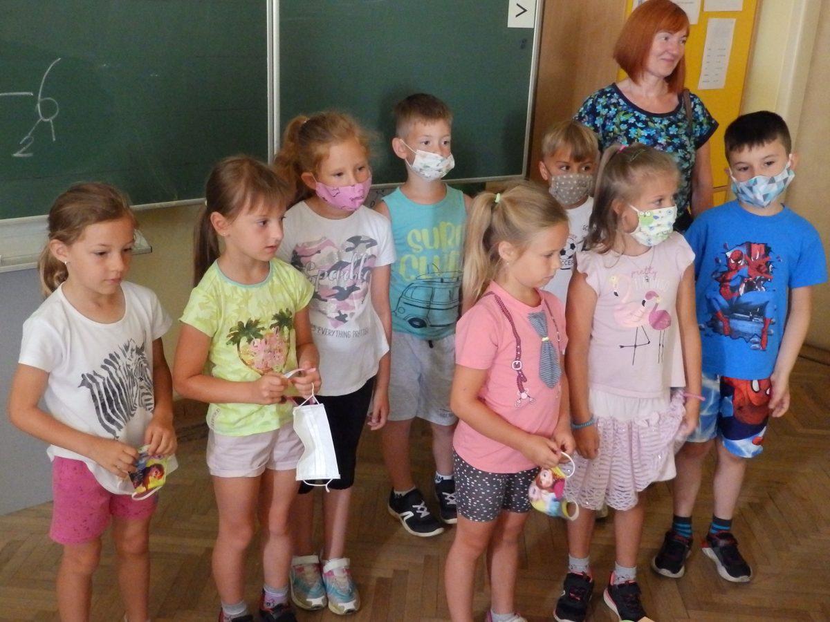 Předškoláci z MŠ Otnice s našimi prvňáčky ve třídě při plnění úkolů 01