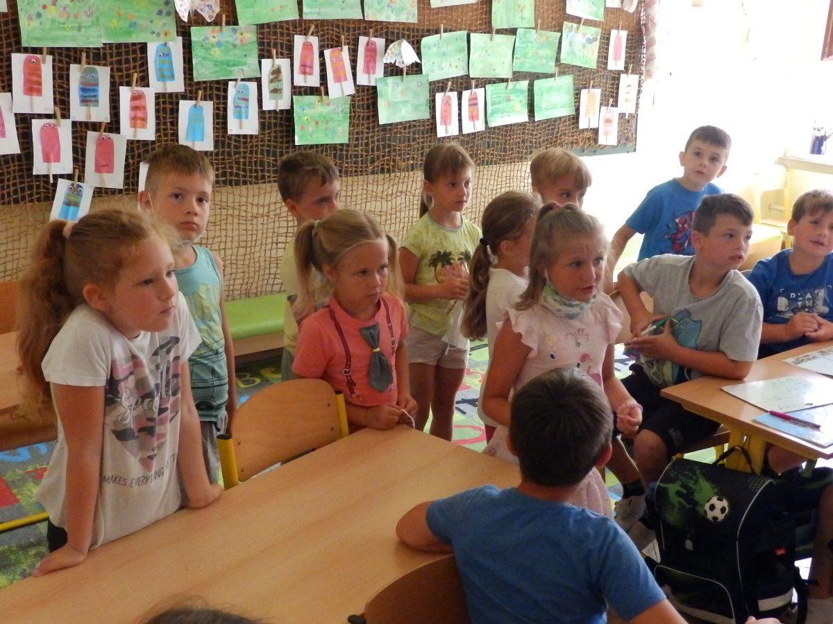 Predškoláci z MŠ Otnice s našimi prvňáčky ve třídě při plnění úkolů 02