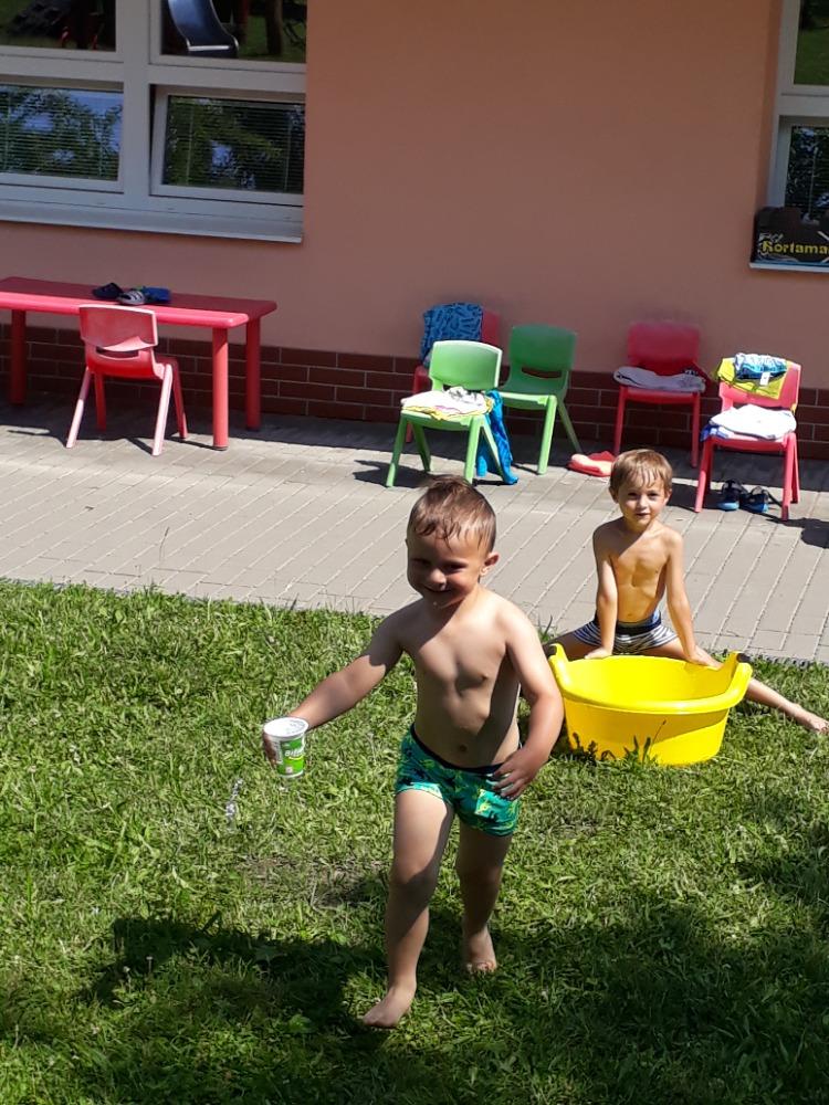 Děti přenáší vodu v kelímku