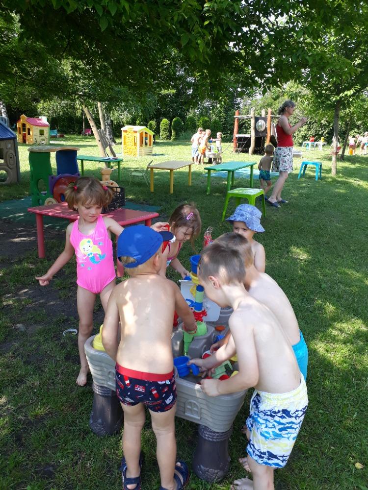 Děti si hrají s vodní kaskádou