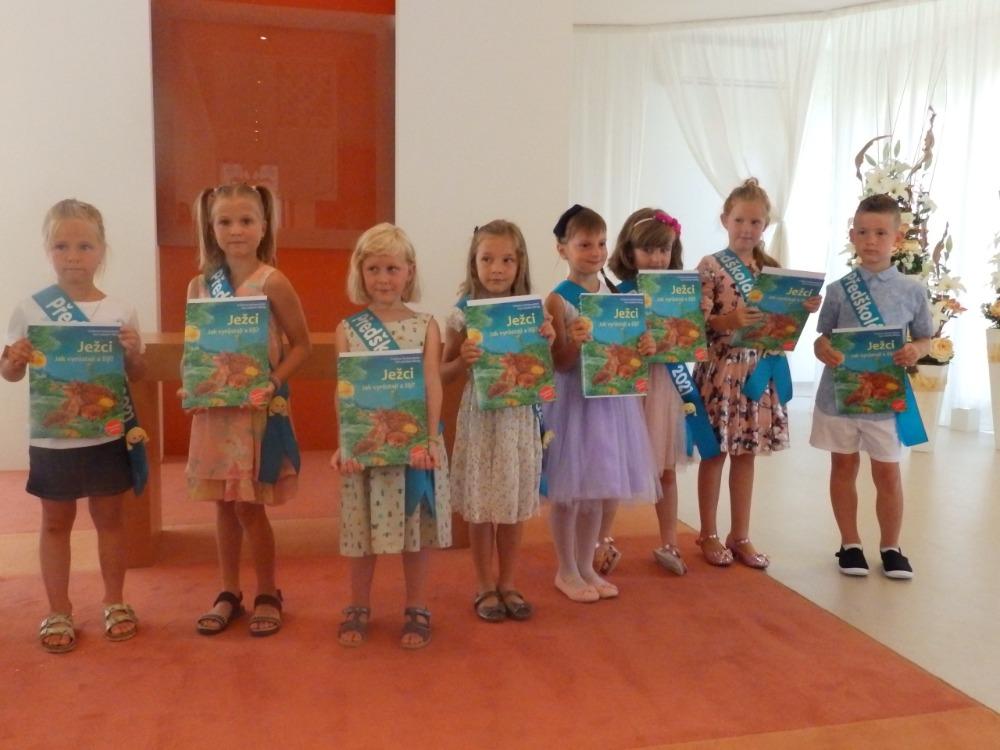 Předání knih předškolákům - dívky