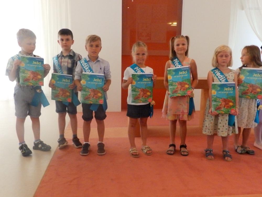 Předání knih předškolákům na OÚ - hoši
