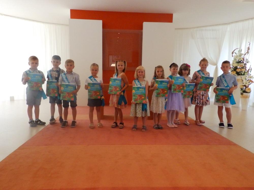Předání knih s věnováním předškolákům